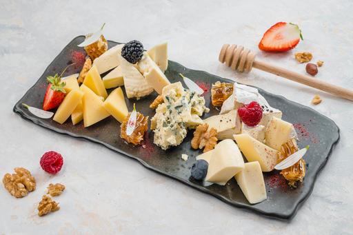 Тарелка домашних сыров