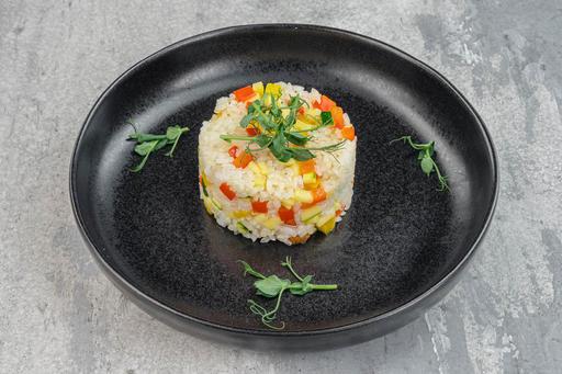 Отварной рис с овощами