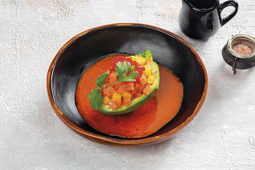 Тартар из лосося с ананасом на спелом авокадо