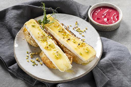 Брускетта с сыром Бри и клюквенным соусом